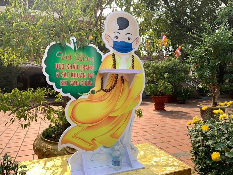 Ngay cổng ra vào chùa Pháp Lâm (TP.Đà Nẵng) và một số điểm chính, nhà chùa cho đặt các tấm biển lớn đề nghị khách ra vào chùa thực hiện các quy định về phòng dịch - Ảnh: Minh Trang