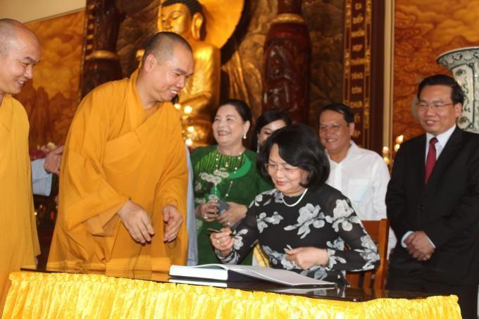 Phó Chủ tịch nước viết lưu niệm tại thiền viện Trúc Lâm Chánh Giác nhân chuyến thăm