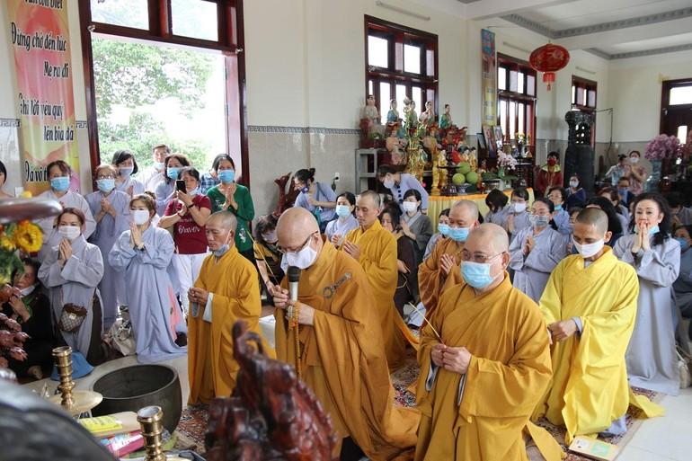 Chư Tăng và Phật tử niêm hương đảnh lễ Tam bảo