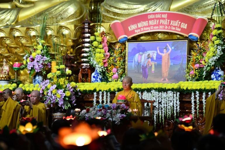 Thượng tọa Thích Nhật Từ cùng chư Tăng, Phật tử thắp nến hoa đăng tưởng niệm ngày Đức Phật xuất gia - Ảnh: Ngộ Trí Thuận