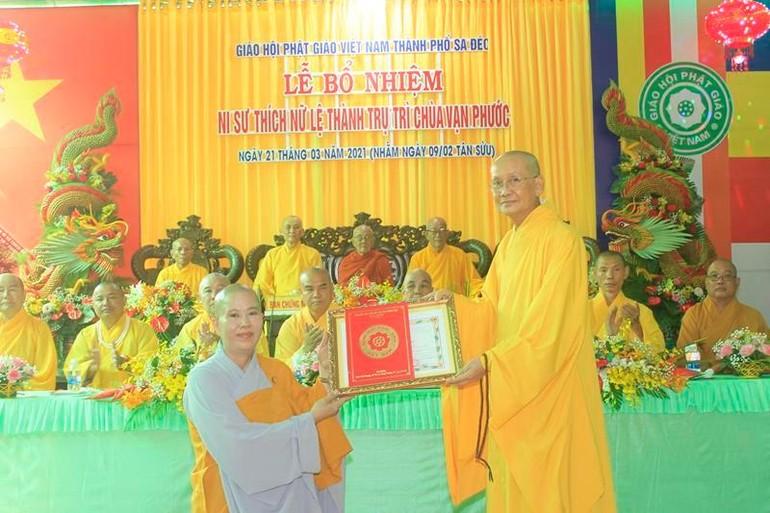 Hòa thượng Thích Chơn Minh, Trưởng Ban Trị sự tỉnh trao quyết định đến Ni sư Thích nữ Lệ Thành