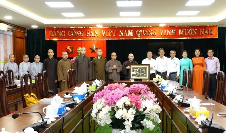 Chư tôn đức Thường trực Ban Trị sự Phật giáo quận 3 và lãnh đạo quận 3, TP.HCM