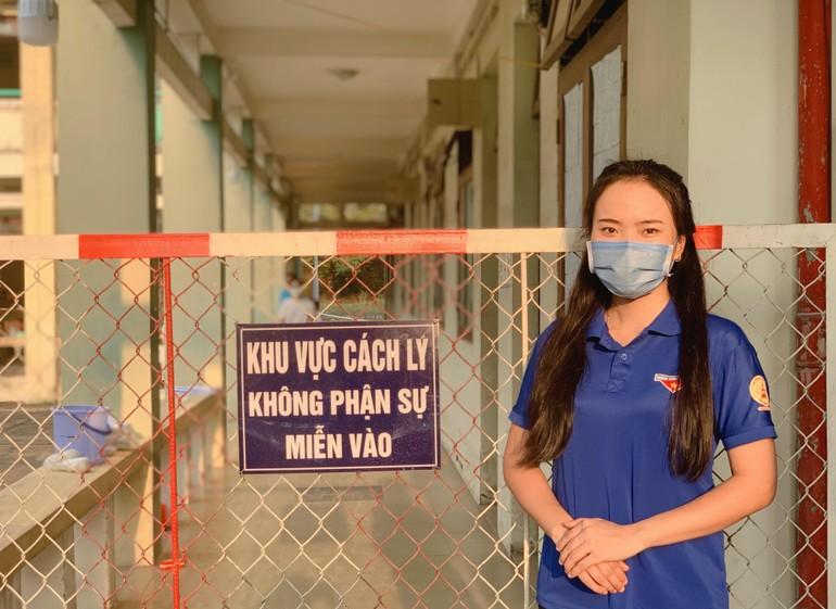 Bạn Lê Thị Trang tham gia hỗ trợ công tác cách ly tại trường Cao đẳng Nghề Việt Nam - Singapore (tỉnh Bình Dương) - Ảnh: NVCC