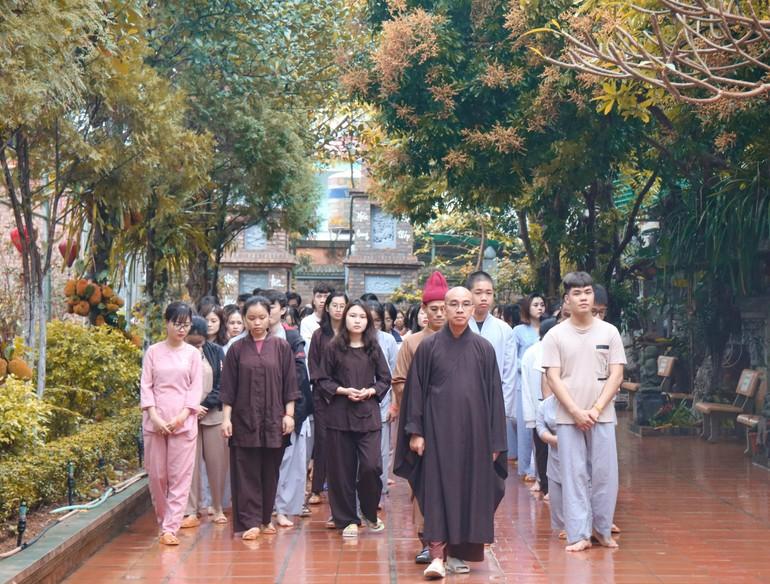 Chư Tăng chùa Hòa Phúc hướng dẫn các bạn trẻ thiền hành