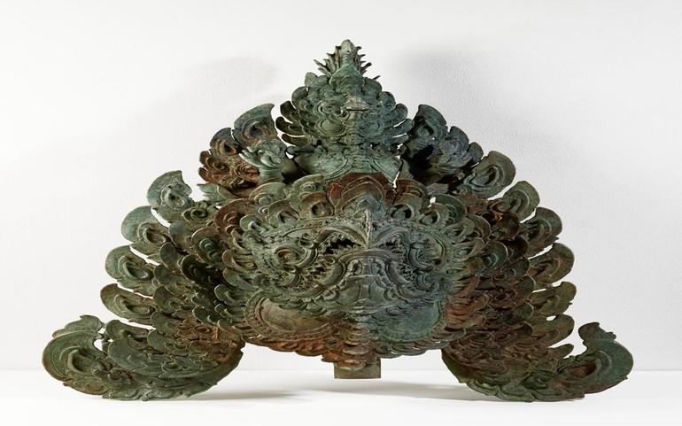 Một đồ trang trí bằng đồng (cuối thế kỷ XII) có hình một chiếc thuyền, từ bộ sưu tập của Douglas A.J. Latchford đang được hồi hương về Campuchia