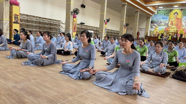 """Phật tử tham dự khóa tu """"Một ngày phúc lạc"""" kỳ 19 tại chùa Trúc Lâm Viên Nghiêm (TP.Biên Hòa, tỉnh Đồng Nai)"""
