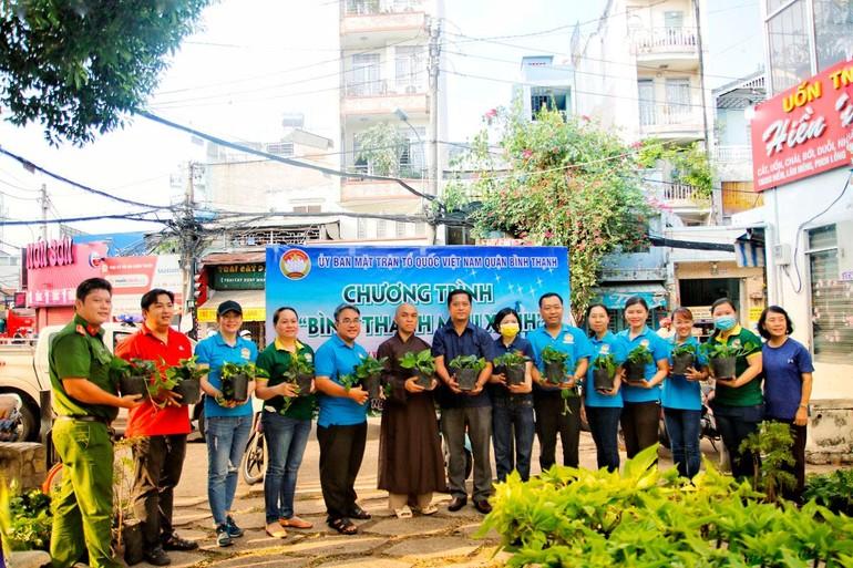Cây xanh được trao tặng cho đại diện các phường tại quận Bình Thạnh