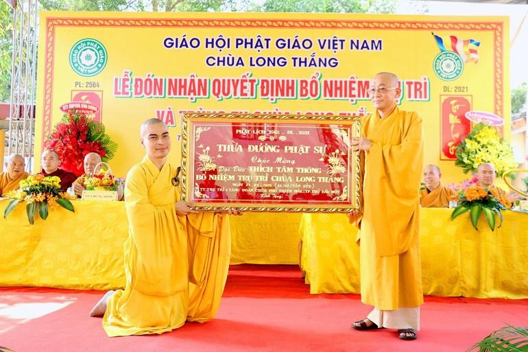 Đại đức Thích Tâm Thông, trụ trì chùa Long Thắng nhận quà lưu niệm của chư tôn đức