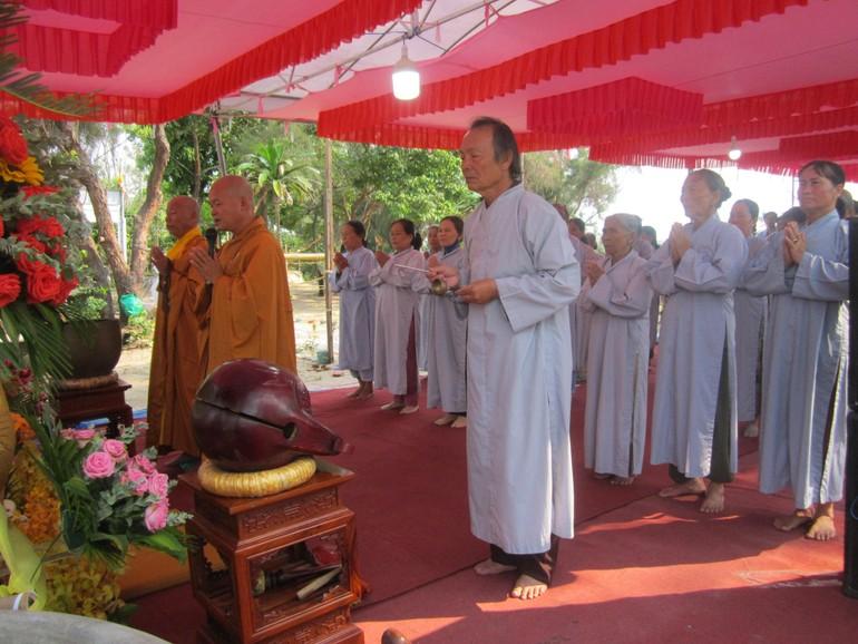 Chư tôn đức và Phật tử niêm hương bạch Phật
