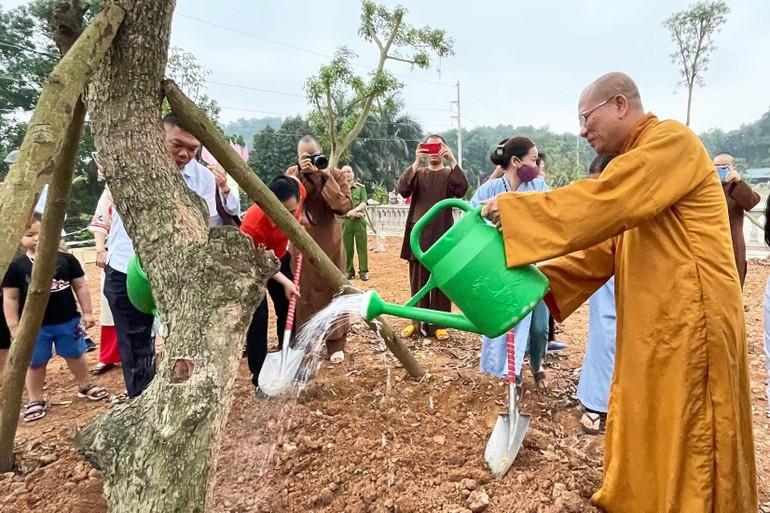 Chư tôn đức cùng Phật tử trồng cây trong khuôn viên Học viện