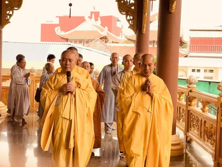 Chư Tăng hướng dẫn Phật tử kinh hành