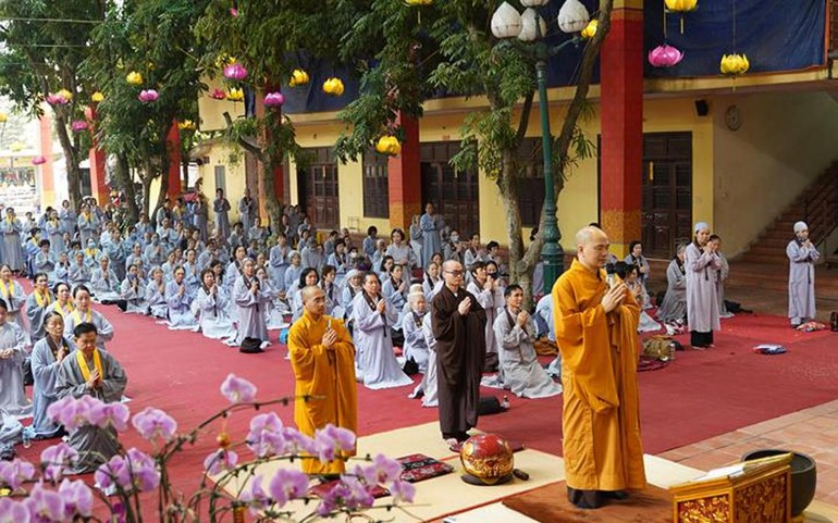 Chư Tăng chùa Bằng và Phật tử cử hành nghi lễ