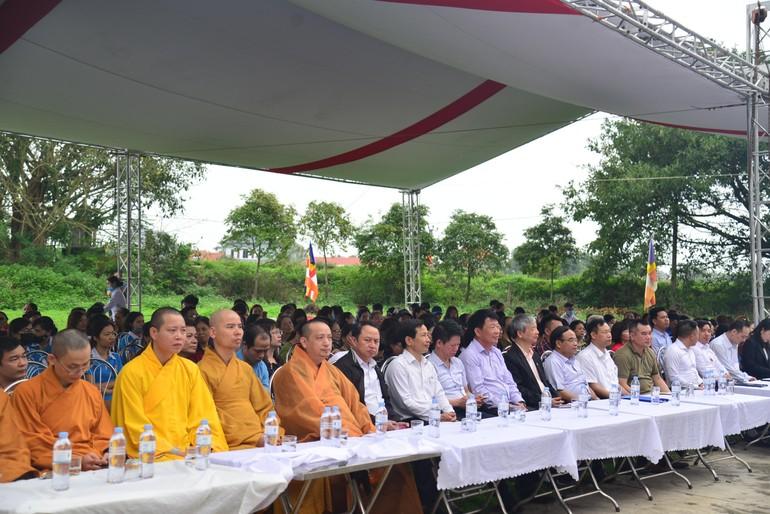 """Chư tôn đức Tăng, chính quyền, mạnh thường quân và bà con Phật tử trong buổi lễ trồng cây chương trình """"Chùa xanh"""""""