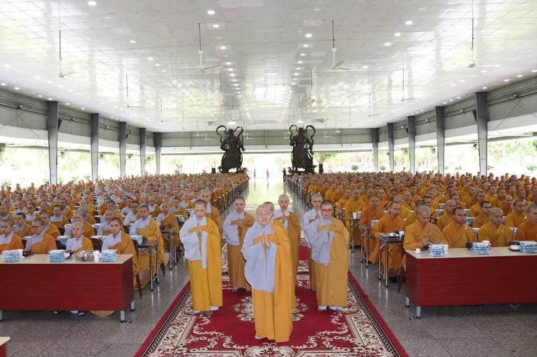 Ni trưởng Thích nữ Từ Nhẫn cùng Ni cúng chùa Phước Viên trong buổi lễ cúng dường trai tăng