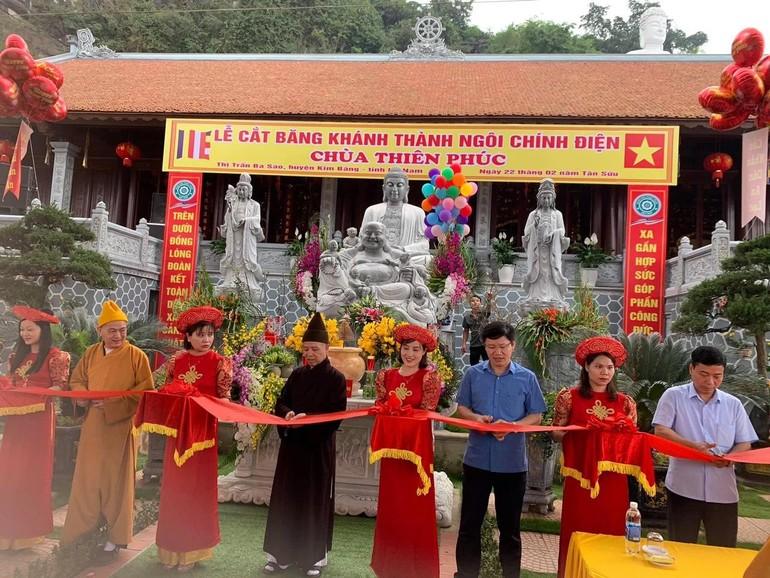 Chư tôn đức Tăng và lãnh đạo chính quyền cắt băng khánh thành ngôi đại hùng bảo điện chùa Thiên Phúc