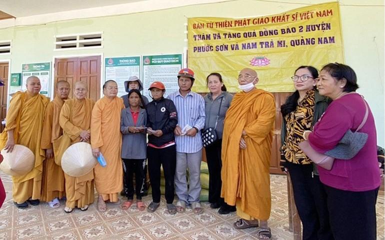 Đoàn Từ thiện Phật giáo Hệ phái Khất sĩ trong chuyến tặng quà tại Quảng Nam