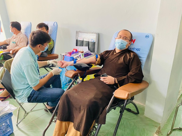 Chư Tăng tham gia hiến máu nhân đạo tại Bệnh viện Đa khoa khu vực Hậu Nghĩa cơ sở 2 (thị trấn Đức Hòa)