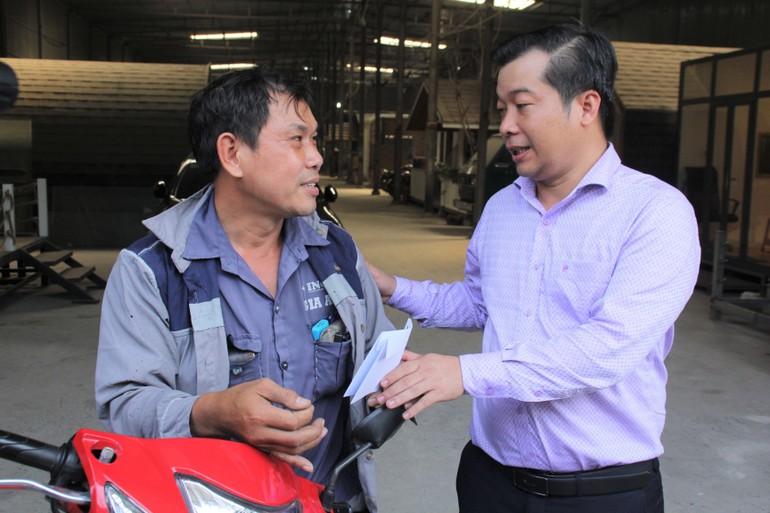 Anh Huỳnh Bảo Toàn (phải) và anh Nguyễn Văn Lộc