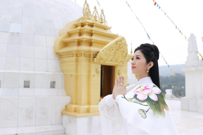 """Ca sĩ Phương Nga trong MV """"Quan Âm Mẹ từ bi"""""""