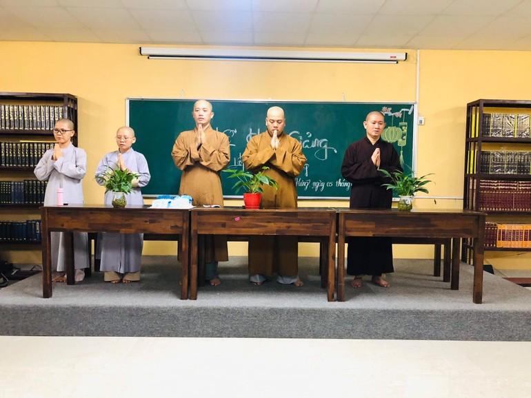Chư tôn đức Tăng Ni niệm Phật trước khi bắt đầu buổi lễ khai giảng