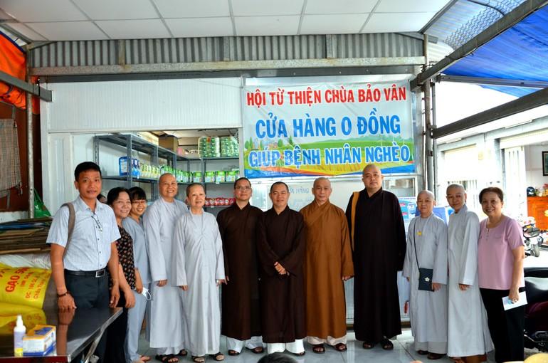 """Chư tôn đức Ban Trị sự Phật giáo quận Bình Thạnh tại """"cửa hàng 0 đồng"""" của Hội Từ thiện chùa Bảo Vân"""