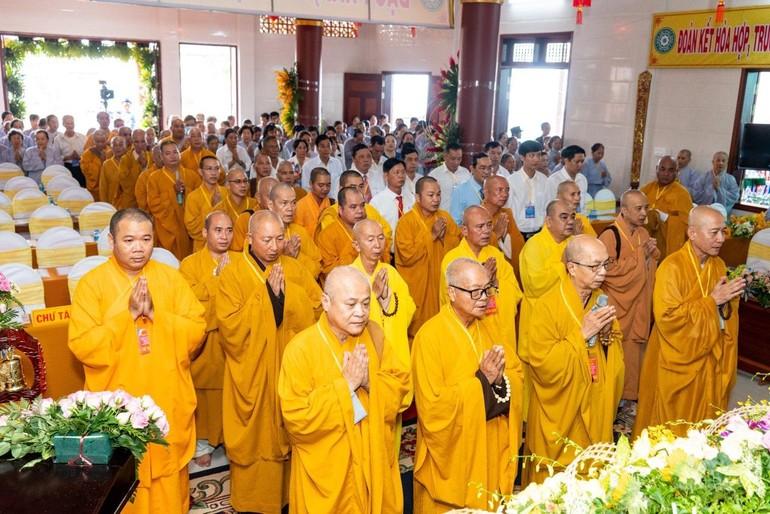 Chư tôn đức niệm Phật trước khi tiến hành đại hội