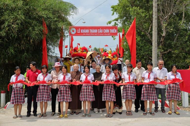 Chư tôn đức Tăng Ni và đại diện chính quyền cắt băng khánh thành cầu Chín Thiền