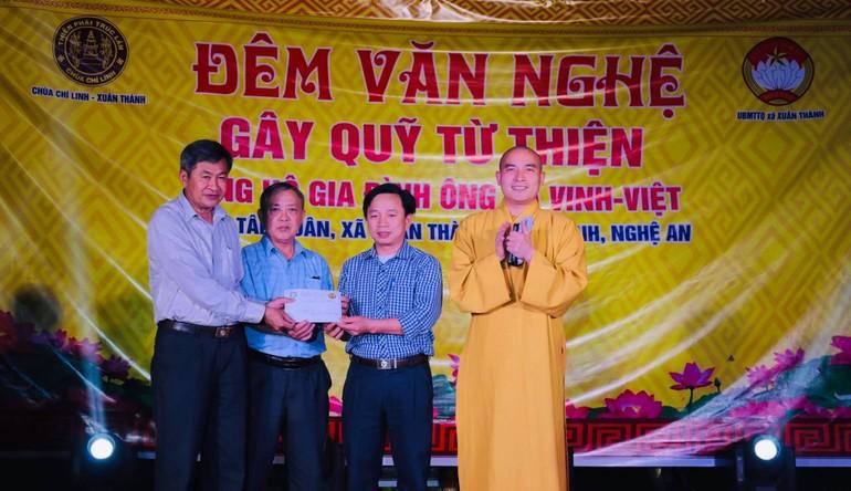 Các tổ chức, cá nhân trao tiền hỗ trợ tại chương trình văn nghệ gây quỹ từ thiện tối 10-4