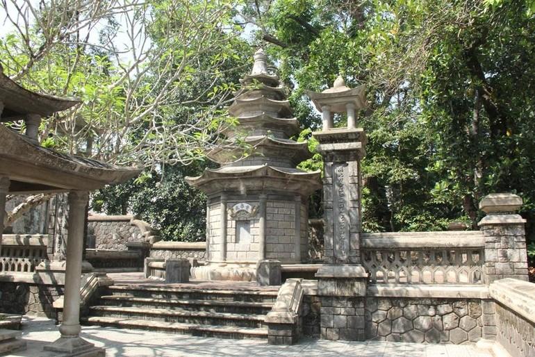 Bảo tháp tưởng niệm cố Trưởng lão Hòa thượng trong khuôn viên tổ đình Báo Quốc