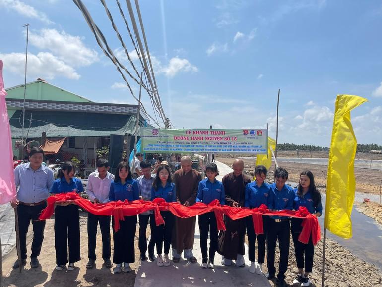 Cắt băng khánh thành tuyến đường nông thôn tại xã Định Trung (huyện Bình Đại)