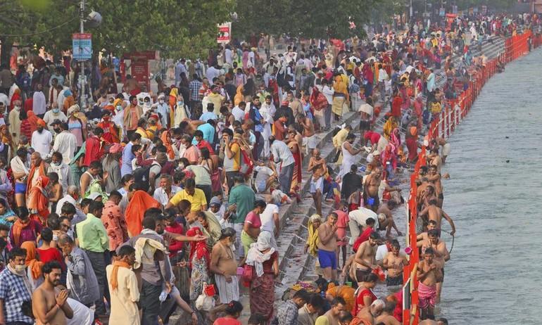 Đông đảo tín đồ Hindu giáo tập trung bên sông Hằng tại thành phố Haridwar, bang Uttarakhand, Ấn Độ hôm 12-4 - Ảnh: AP