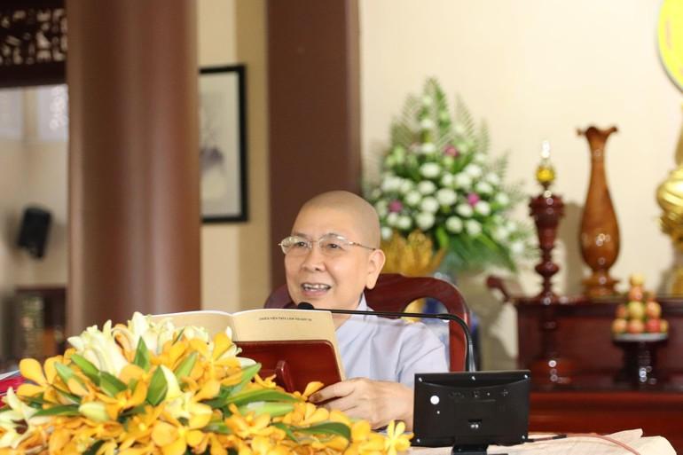 Ni sư Thích nữ Hạnh Chiếu, trụ trì thiền viện Trúc Lâm Trí Đức Ni giảng kinh Kim cang tại khóa tu ngày 11-4