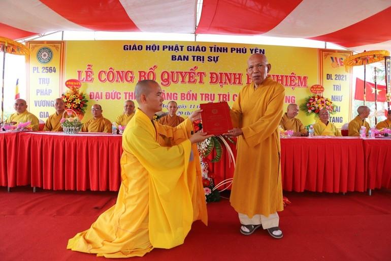 Hòa thượng Thích Đồng Tiến, Trưởng ban Trị sự GHPGVN tỉnh Phú Yên đã trao quyết định bổ nhiệm đến Đại đức tân trụ trì