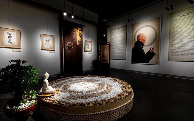 Triển lãm gồm 100 bức thư pháp và các đầu sách tiếng Việt của Thiền sư Nhất Hạnh