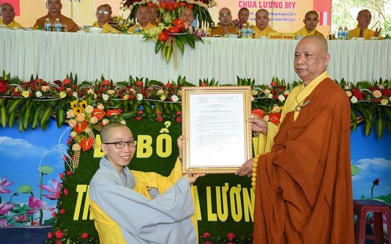 Hòa thượng Thích Phước Minh, Ủy viên Hội đồng Trị sự, Phó ban Trị sự Phật giáo tỉnh trao quyết định bổ nhiệm đến Sư cô Thích nữ Đồng Hiếu