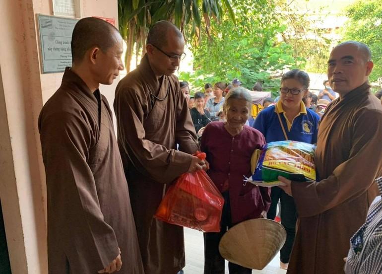Chư Tăng chùa Đức Hậu tặng quà cho bà con nghèo