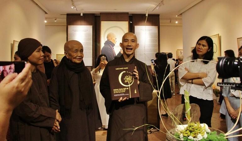 """Cuốn sách """"Hương thơm quê mẹ"""" của Thiền sư Thích Nhất Hạnh được giới thiệu tại triển lãm - Ảnh: TTXVN"""