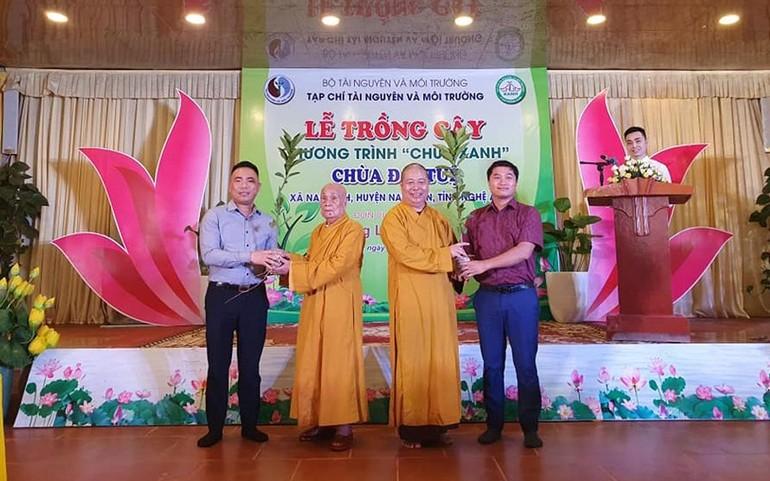 Đại diện Tạp chí Tài Nguyên và Môi trường trao tặng cây xanh cho chùa Đại Tuệ