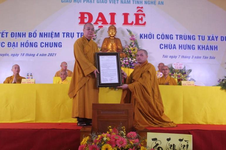 Hòa thượng Thích Thanh Nhiễu trao quyết định bổ nhiệm trụ trì chùa Hưng Khánh cho Đại đức Thích Đồng Phát