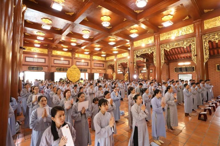 Phật tử làm lễ quy y tại chùa Thiên Quang