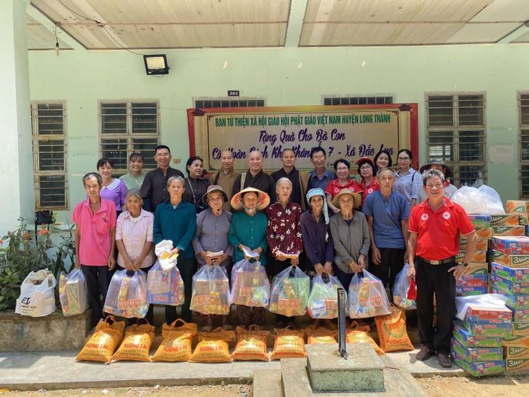 Đoàn từ thiện chụp ảnh lưu niệm cùng đồng bào dân tộc xã Đắc Lua, huyện Tân Phú