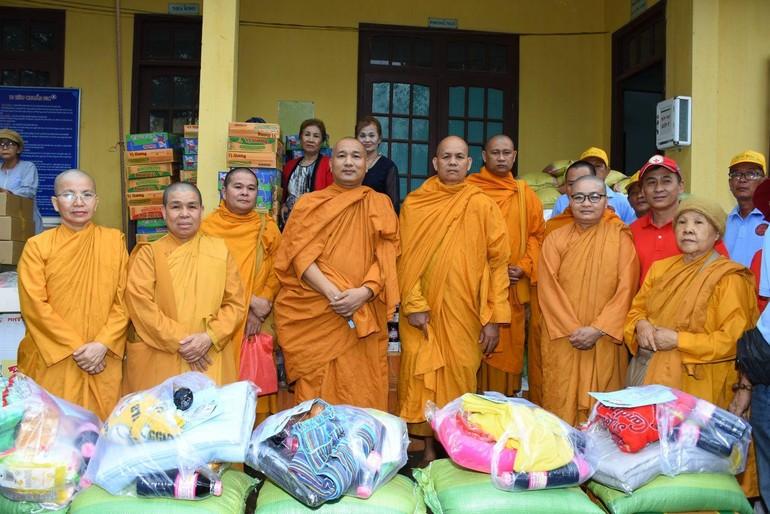 Chư tôn đức Tăng Ni thuộc Giáo đoàn 6 trong chuyến đi từ thiện