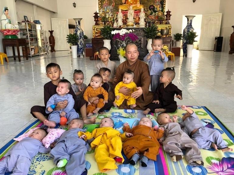 Đại đức Thích Tánh Bình cùng các bé đang được cưu mang tại chùa