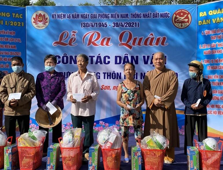 Đại đức Thích Nguyên Thông tặng quà cho bà con nghèo tại xã Bình Sơn, huyện Long Thành, tỉnh Đồng Nai