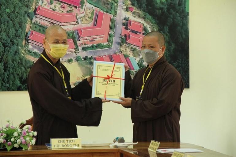 Hòa thượng Thích Hải Ấn, Viện trưởng Học viện Phật giáo VN tại Huế trao đề thi trong kỳ thi tuyển sinh cử nhân Phật học khóa XI - Ảnh: Quảng Điền