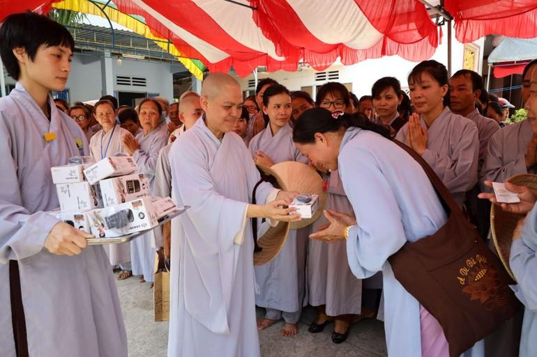 Ni sư Thích nữ Hương Nhũ tặng máy nghe pháp cho bà con Phật tử