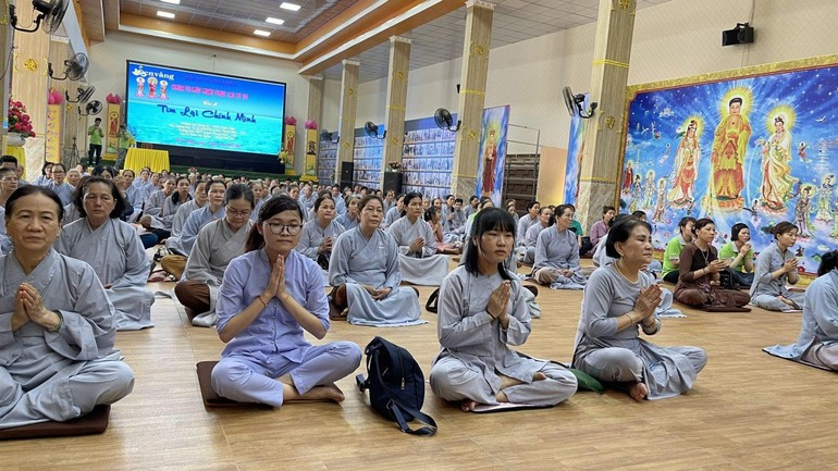 """Phật tử tham dự khóa tu """"Một ngày phúc lạc"""" kỳ thứ 20 tại chùa Trúc Lâm Viên Nghiêm"""