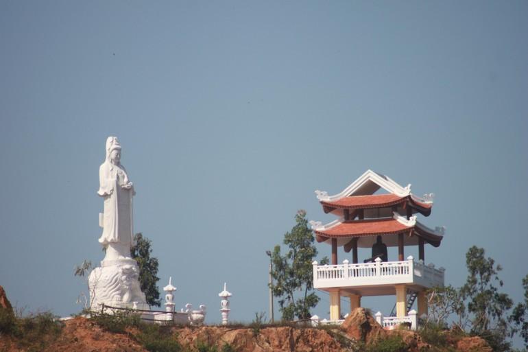 Tôn tượng Bồ-tát Quán Thế Âm và tháp chuông chùa An Thái