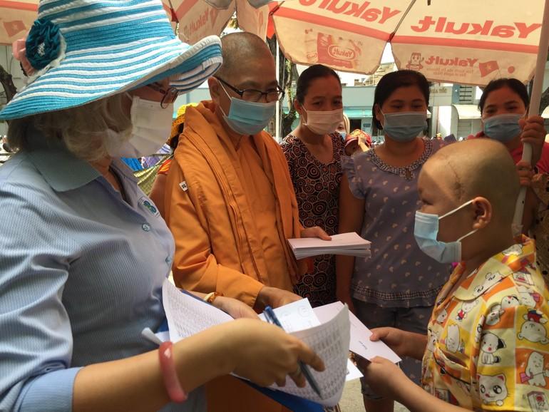Thăm và tặng quà cho bệnh nhân tại Bệnh viện Ung bướu - TP.HCM