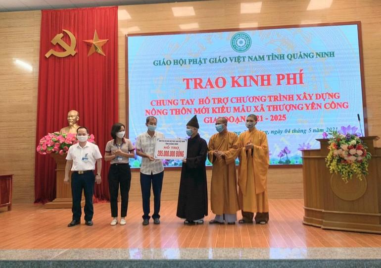 Ban Trị sự GHPGVN tỉnh Quảng Ninh trao kinh phí hỗ trợ xây dựng nông thôn mới kiểu mẫu - Ảnh: NL